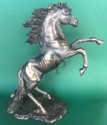 Ágaskodó ló szobor