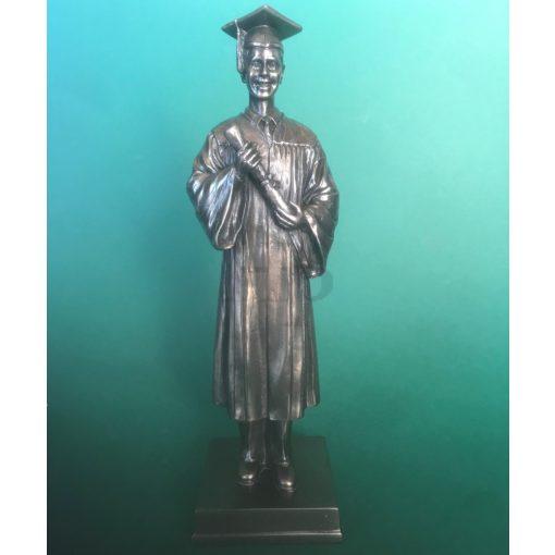 Diplomás fiú szobor