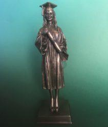 Diplomás lány szobor
